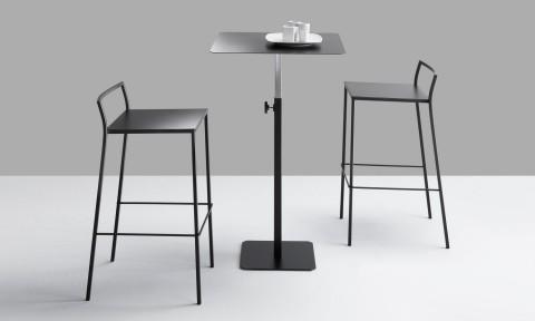 Soluzioni arredo bar e ristorazione, sgabelli e tavolino alto