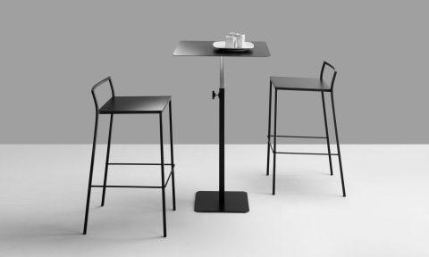 Sgabelli bar e tavolino in metallo per contract HoReCa