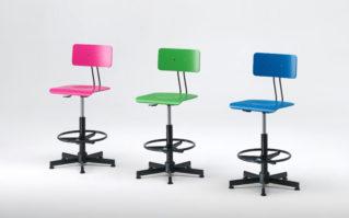 Sgabello regolabile con schienale e seduta in legno